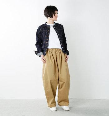 ベージュのワイドパンツに、デニムジャケットを合わせたカジュアルスタイル。インナーにはシンプルな白Tシャツをチョイスして。大人のゆとりを感じさせるバランスの良いコーディネートです。