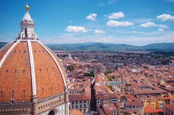 かつて都市国家であったイタリアでは、その土地ならでは文化、伝統、風土が色濃く残されており、各都市やその周辺地域によって大きく特徴が異なります。その中でもトスカーナ州都フィレンツェは、毛織物産業と金融業で巨額の富を得ていたフィレンツェ共和国の首都として栄光の歴史を歩んでおり、街の美しさは傑出しています。