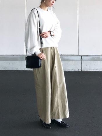 ベージュのワイドパンツに、白系のセーターを合わせたコーデです。トップスの絶妙な丈感で、タックインしなくても好バランスな仕上がりに。シンプルだからこそ女性らしい小物を合わせて、エフォートレスなスタイルを楽しんで。