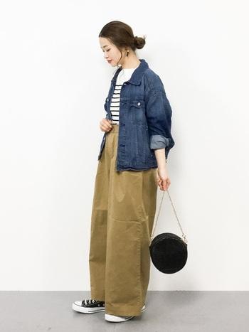 濃い色のデニムジャケットに、ボーダートップスを合わせたカジュアルなスタイリング。ラフな印象になり過ぎないよう、チェーンバッグを合わせることで女性らしさがグッと増して洗練された印象になります。