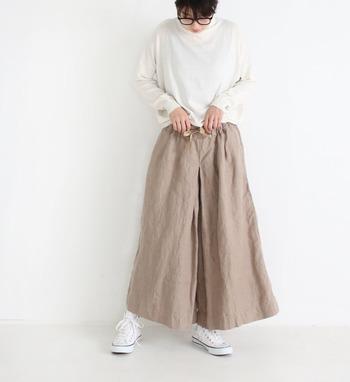白のワイドシルエットがナチュラルな印象のトップスに、ベージュのゆったりパンツを合わせたスタイリング。リネン素材のパンツは履きやすく動きやすいアイテムでもあるので、ゆったり過ごしたい休日にもおすすめのコーデですね。