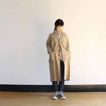 春のライトアウターとして、大人の上品さを演出できるのがスプリングコートです。 「maillot(マイヨ)」のコットンワークコートは、シンプルで程よい光沢感があるため、高級感もアピールできる一枚。定番のベージュを選べば、オンオフ両方で使えるのも魅力的ですね。