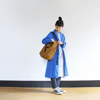 ブルーは、ベージュよりもさらにカジュアルさが増した雰囲気に。ベーシックなスプリングコートに物足りなさを感じる方は、カラーで遊んでみるのもおすすめですよ。
