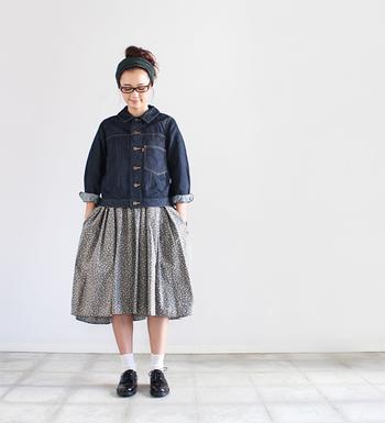 裾に向かってちょっぴり広がりを持たせている「Needles(ニードルズ)」のデニムジャケットは、女性らしいシルエットが魅力の一枚。一般的なデニムよりも薄手で柔らかい生地で作られた、着心地にもこだわったアイテムです。
