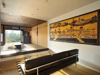 和室の雰囲気から一転、リビングはレザーのソファが映える、和モダンな雰囲気です。壁のアート作品が凛とした美しさを添えています。