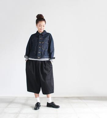 スカートと合わせてガーリーにも、パンツと合わせてボーイッシュにも着こなせるデニムジャケット。ボトムスやインナーを変えるだけで、こんなに雰囲気が変わるなんて驚きですよね♪