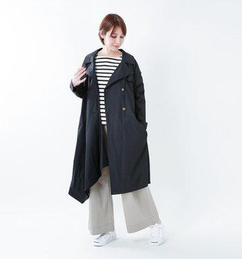黒のトレンチコートに、ボーダートップスとワイドパンツを合わせて。カジュアルなのに上品さもあるスタイリングの完成です。