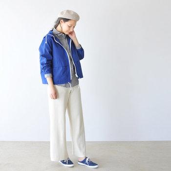 ブルーのライトブルゾンに、チェックのシャツとホワイトのパンツを合わせた季節感のあるスタイリング。ベージュのベレー帽やブルーのシューズと合わせて、マリンテイスト漂う爽やかコーデの完成です。
