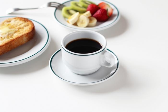 毎日気取らず使えて、とにかくシンプルなPORVASALの食器。こちらの221シリーズのカップ&ソーサーは、シンプルなグリーンンラインがアクセントに。小ぶりな150mlは、コーヒーを飲む定番のカップにしたり、たっぷり注げる250mlのカップは、カフェラテや具沢山のスープを注ぐのにもぴったりです。