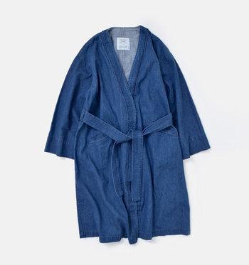 """""""母から娘へ受け継がれる服を作りたい""""というコンセプトを持つブランド「GRANDMA MAMA DAUGHTER(グランマ ママ ドーター)」。軽やかな印象のガウンをあえてデニム素材で作ることで、こなれ感たっぷりに仕上げた一枚です。"""