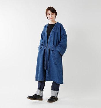 黒トップス×デニムパンツのシンプルなスタイリングにガウンを羽織るだけで、大人の上品さがグッと際立つアイテム。ちょっとご近所までお出かけの際にも、休日の急な来客時にも、リラックスウェアの上にさっと羽織るだけでおしゃれにアップグレードしてくれます。