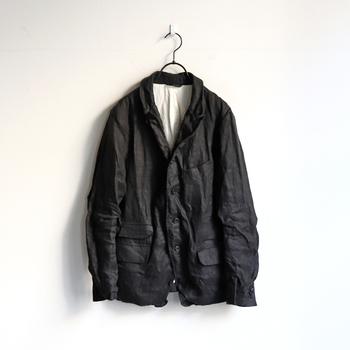独特のシワ感が特徴的な「A VONTADE(ア ボンタージ)」のジャケットは、1920年代に陶器職人が着ていたものをベースにデザインされました。その日のコーデや気分によって、襟の返し具合を好きな位置で決められるのが魅力です。