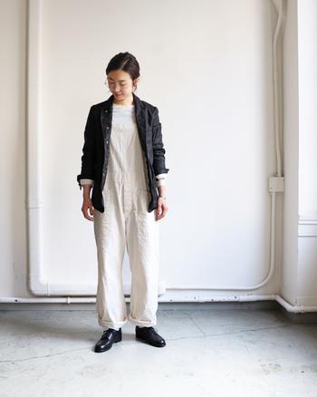 白のオーバーオールにジャケットを羽織ったスタイル。足元には革のシューズを合わせて、ボーイズライクな雰囲気でまとめています。ワンピースやスカートとなどのレディな着こなしに合わせても◎