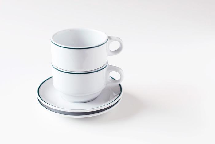 ぽてっとした程よい厚みのカップに、ちょこんと付いた取っ手も、なんだか可愛らしく、スタッキングした姿もサマになります。キッチンのカウンターにあるだけで、なんだかカフェ気分が味わえそうですね!