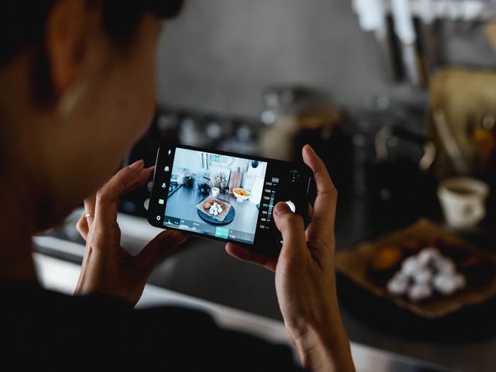 「V30+(L-01K)」のマニュアル撮影画面。マニュアルフォーカスやISO感度も画面を見ながら簡単に調節できる。