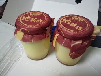 高級卵「地新作」をたっぷりと使って作られたレトロプリン。低温で時間をかけて焼き上げることで、なめらかでありながらきちんと弾力も感じられる食感に。阿蘇のジャージー牛乳と純生クリームを使っているため、クリーミーな美味しさが口いっぱいに広がります。