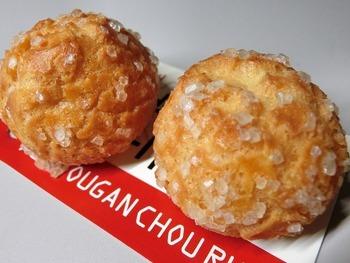 シューラスクは熊本駅限定の商品で、阿蘇山からできた溶岩のようなゴツゴツとした見た目が特徴です。ザクッとした食感で、パクパクと何個でも食べられそうな軽い口当たり。