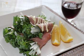スーパーなどで手軽に手に入るローストビーフも、ただお皿に並べるだけでなく、かいわれ大根や大葉、長ネギなど香りの良い野菜を巻いてみましょう。ボリュームもアップし、味のアクセントにもなり、食べやすくもなります。