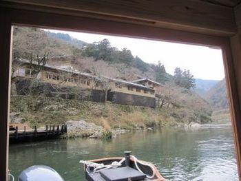 ちなみに、あたたかい時期は奥嵐山の景色を眺めながらお茶をいただける川床「空中茶室」を設けているとのこと。また、「夜桜ディナー」など、茶室で夕食をいただけるイベント企画を行うこともあるとのことです。ぜひ訪れる際は、こちらの京都ならではの風物詩も楽しんでくださいね。