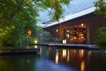 嵐山にある全室リバービューの旅館「星のや京都」。 嵐山の観光名所「渡月橋」から専用の小船で大堰川を遡ると、奥嵐山に建つ施設に到着。日々の喧騒を忘れさせてくれる、しっとりとした和の雰囲気漂う宿が現れます。