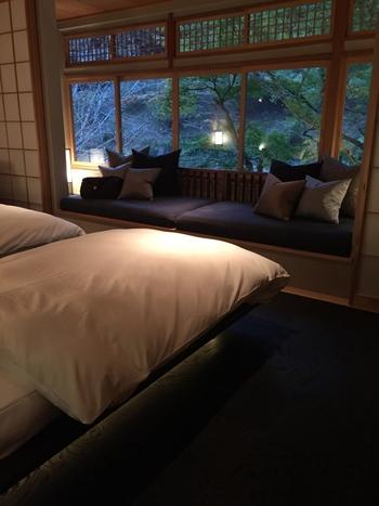 「水辺の私邸」をコンセプトに掲げた客室は、築100年の趣や意匠を活かした和室×モダンなインテリアが美しく融合。川を一望でき、四季折々の自然を楽しむことができます。
