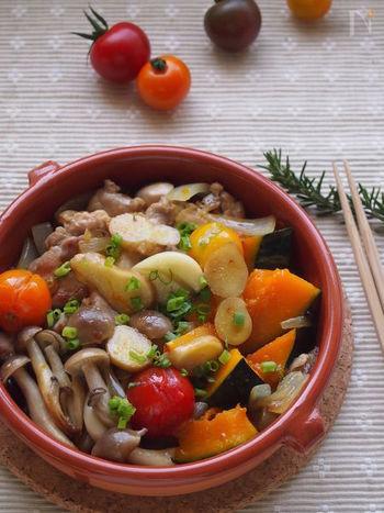 アヒージョは、魚介で作ることが多いですが、じつはお肉もおすすめ。鶏や豚を使って、ジューシーなアヒージョが楽しめます。写真は、生姜風味の鶏のアヒージョ。醤油が香る和風の味つけです。