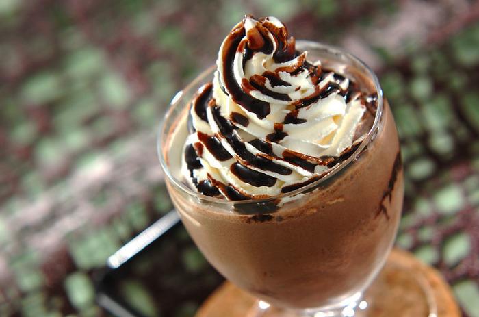 コーヒーショップでよく見かけるリッチなチョコレートドリンクも、実はおうちで簡単に作ることができます。トッピングに市販のチョコレートやクッキーなどを飾ってみるのもいいですね。