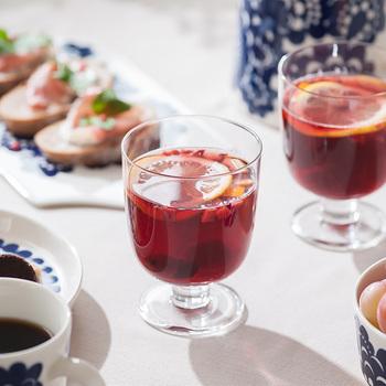 イッタラのレンピは優雅な脚付きグラスなのに、スタッキングできるという優れもの。アルコールを入れるほか、お水やジュース、さらにはパフェなどのグラスデザートにもよく似合うかたちなんですよ。