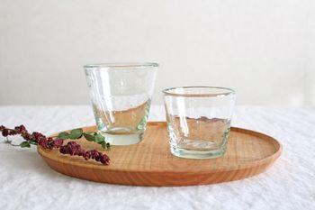 再生ガラスを使った気泡グラスは、ほんのすこし緑がかった色合いが魅力です。ほどよい厚みと重さで、手に馴染みます。アイスクリームやパフェのほか、フレッシュフルーツなどを盛りつけても絵になります。