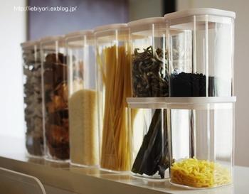 キッチンが整頓されないのは「使いかけ」の袋や箱が置きっぱなしにされてしまうから。パッケージの色や形は様々なのでキッチンに不要な色が溢れてしまいます。それが調味料や食品を同じキャニスターに移し替えることで解決出来ますよ!