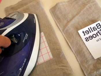 100円ショップなどでも買えるアイロン転写シートや、パソコンでオリジナルのロゴなどを作って転写シートにプリントアウトしたもので、オリジナルプリントを入れることができますよ。 シンプルな無地の袋が、お手軽にかっこよく変身しますね!