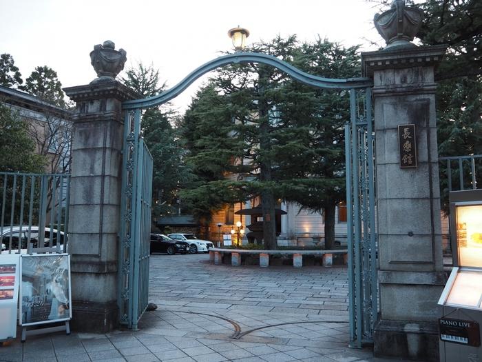 宿というよりは、歴史建築という趣の「長楽館」。それもそのはず、京都市指定有形文化財に指定されており、もともとは「煙草王」として財を成した明治時代の実業家・村井吉兵衛(むらい きちべえ)が国内外の賓客をもてなす迎賓館として、使用していたという建物です。阪急・河原町より徒歩14分、京阪・祇園四条駅より徒歩10分ほどのところにあります。