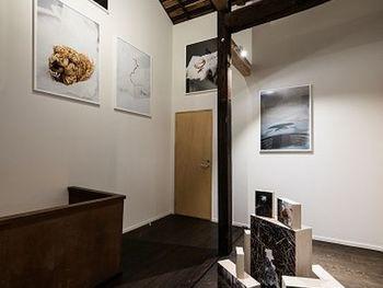 """オーナーの矢津吉隆さんは、活躍中の現代美術家。施設内には、宿泊客に対し、美術を""""体験""""として深く味わっていただくため様々なアプローチが施されていますよ。 年一回のペースで、この施設全体を使って、若手の現代アート作家の展覧会を実施しているとのこと。その度施設は、全く違う空間に変貌するそうです。なんだか、ワクワクしますよね。"""
