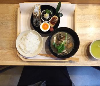 日替わりで和食や洋食の朝ご飯を提供しています。和食は、お味噌汁や鮭など。体が喜ぶ美味しい朝を過ごせそうですね。