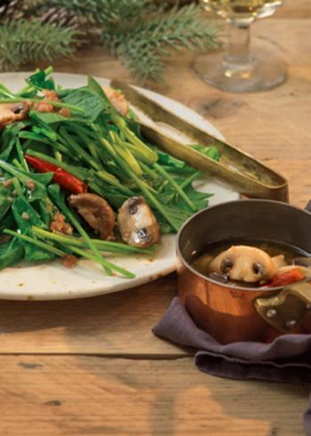 うまみたっぷりのオイルをサラダほうれん草などにかけていただく、アヒージョ風のホットサラダ。こんな楽しみ方も新鮮ですね。野菜がたっぷりと食べられそう。