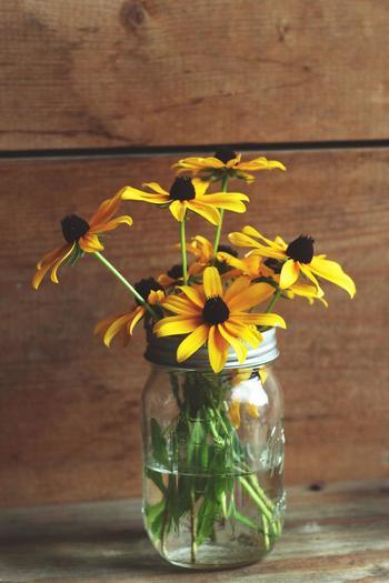 今や定番アイテムになったメイソンジャーも、ナチュラルアレンジにぴったりです。茎の長さに変化を付けて活けると、同じ種類のお花でもおしゃれなイメージになりますね。多方向から挿して、茎をお互いで支えあうような形に仕上げるのがポイントです。