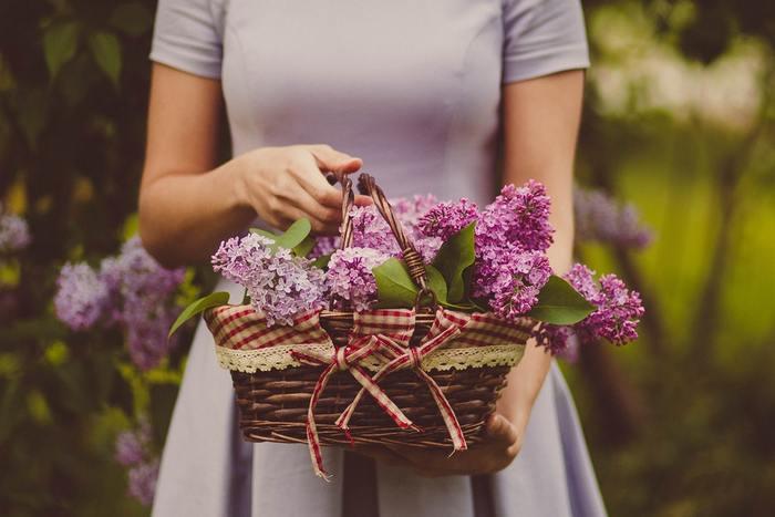子どもの頃に憧れたような花かごは、インテリアの主役になれる存在感。野に咲く花をぎゅっと詰め込んだような、作り込みすぎないフォルムが魅力的。花瓶では作れない、ナチュラルでロマンチックなアレンジを目指しましょう。