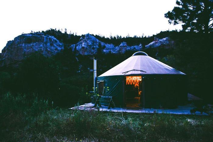 """今、流行中のアウトドア「Glamping(グランピング)」。グランピングとは、魅力的という意味のグラマラス(glamorous)とキャンピング(camping)を掛け合わせた造語で、自然を満喫できる""""手軽で贅沢なキャンプ""""のことです。"""