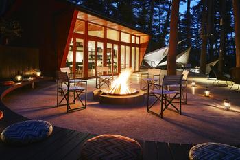 「クラウドキッチン」でのディナーは、シェフと一緒に料理を仕上げるので、キャンプ気分が盛り上がります。  焚き火を囲んで、森の中でゆっくりワインを楽しむのも贅沢ですね。