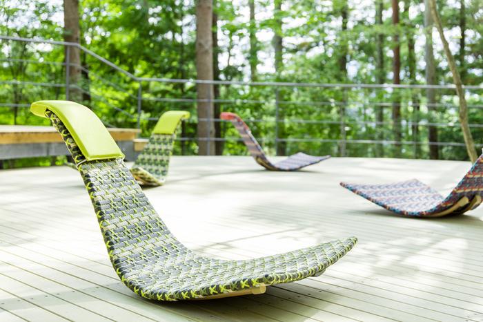 「木漏れ日デッキ」の椅子に座ると、くつろぎながら木々と空を見上げることができます。時間がゆっくりと流れそう。