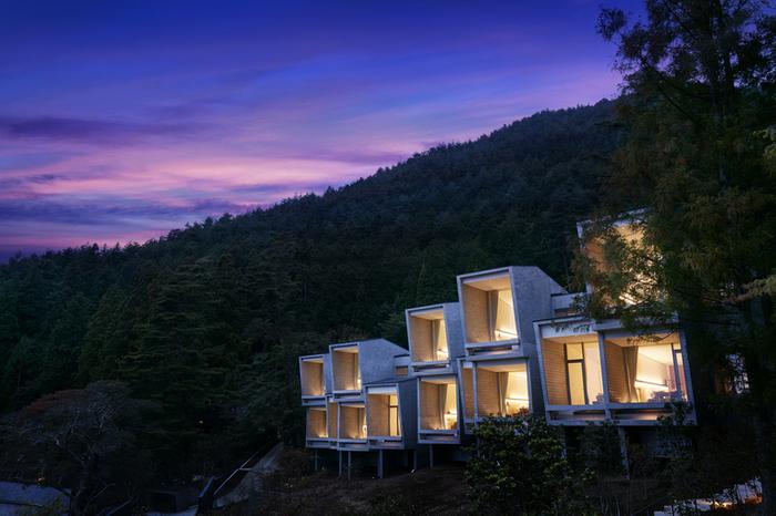 河口湖北岸にある日本初のグランピングリゾート「星のや富士」。宿泊施設「キャビン」からは河口湖と富士山が望める、絶好のロケーションになっています。