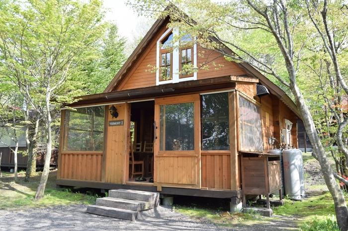 """「北軽井沢スウィートグラス」は、春季から秋季の""""グリーンスタイル""""と冬季の""""ホワイトスタイル""""を楽しめるキャンプ場です。コテージには薪ストーブも完備。まるで別荘に来たような気分を味わえますよ。"""