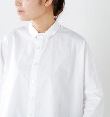 きれいめにも、カジュアルにも着まわせる。「白シャツ・白ブラウス」を春のワードローブの1枚に