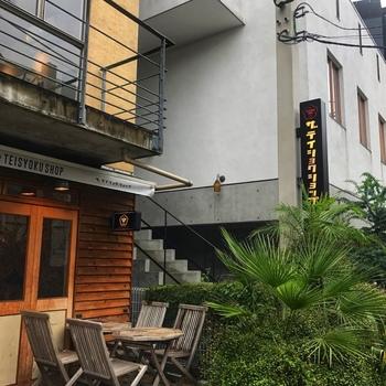 2017年9月、ファッションの街・原宿にオープンしたのは、「日本のことが大好きなアメリカ人がやってるちょっと風変わりな和食屋」という、気になるコンセプトのお店。原宿の人気バーガー店「THE GREAT BURGER」の系列店とあって、店内もアメリカンヴィンテージが効いたオシャレな雰囲気です。