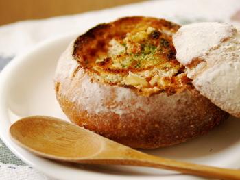 パングラタンといえばコレ!カフェで見かける、パンを器代わりにしたほっこりグラタンです。ご自宅でも簡単に作れますよ。