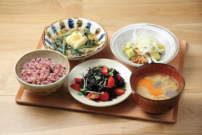 定食は、ご飯、汁物、3つの主菜(10種類以上の中から選べる)から成る「一汁一飯三主菜」。肉や魚の一品をメインとするのではなく、すべての料理が主菜になるように工夫して作ってあります。アスリート向けというだけあって、食品の栄養分がすべて公開されており、自分の体に合った組み合わせを相談することもできます。体にいい美味しいごはんを召し上がれ。