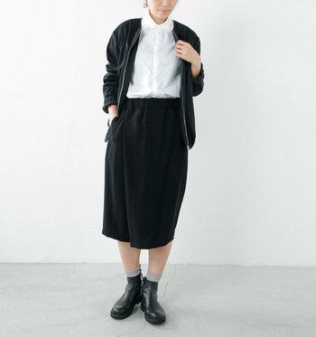 モノトーンコーデに使った白シャツは、ボタンをいちばん上まで留めて着ることで、きちっとした印象をつくります。タイトスカートでIラインを強調したスタイルが、すっきりと見せてくれます。