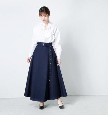 個性的なデザインの白ブラウスも、ハリ感のあるスカートとあわせればきれいめコーデが完成。品のよい白×ネイビーの組み合わせは、きちんとした印象を与えてくれます。
