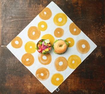 定番人気の植物をはじめ、ポップなイラストが施されたものも。ドーナッツ、ベーグル、バウムクーヘン…みんなが大好きな、丸い輪っかの食べもの柄も♪