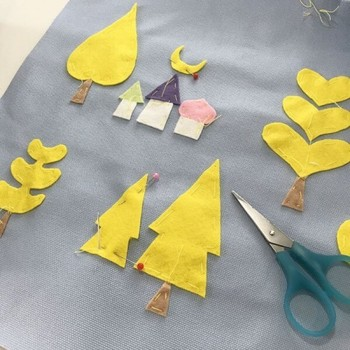 折り紙で貼り絵をするように、カットしたフェルトを配置してミシンや手で縫いつけていきます。  手間はかかりますが、そのぶん愛着もひとしお。お子様の成長を思いながら、チクチクする時間もまた楽しいですよね。